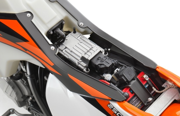 176960_KTM-XC-W-TPI-EMS-Box-perspective-MY-2018-studio